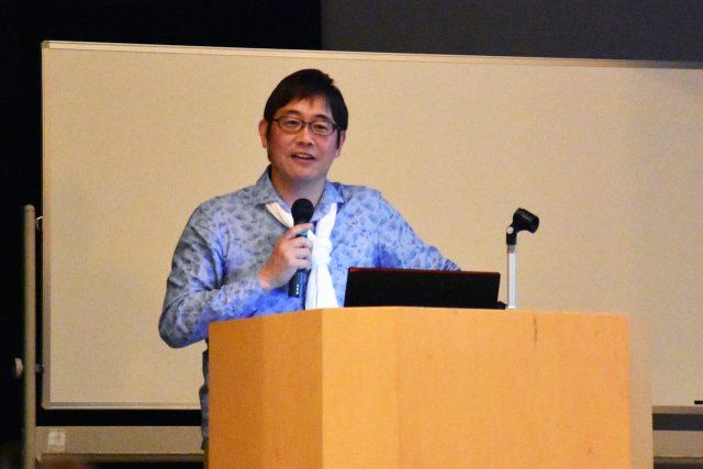 関西弁でユーモアを交えながら講演する小崎恭弘さん