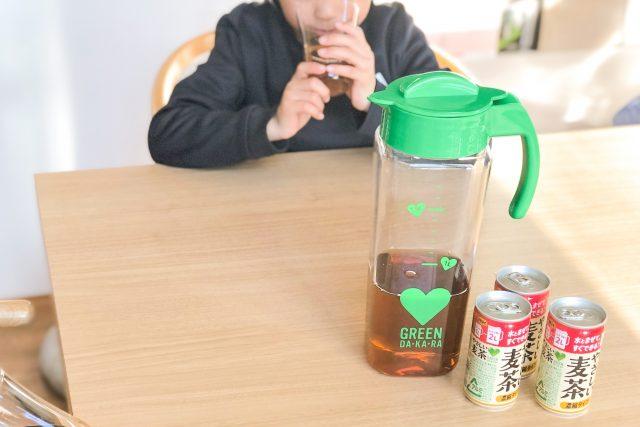 麦茶を飲む息子 width=
